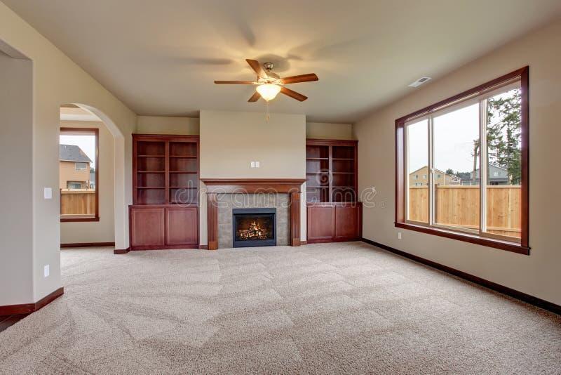 Salone non ammobiliato adorabile con tappeto fotografie stock libere da diritti