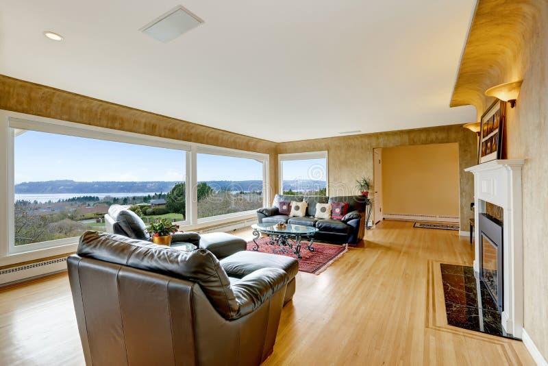 Salone piacevolmente ammobiliato con il pavimento di legno duro fotografie stock