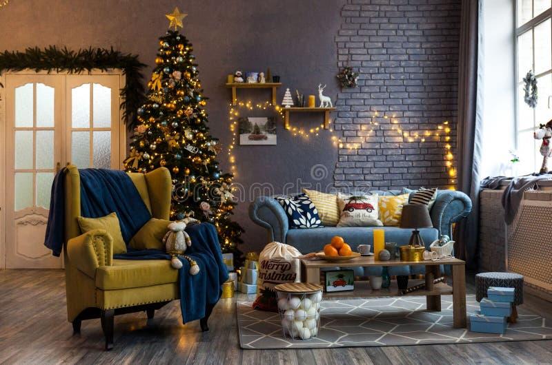 Salone spazioso e leggero decorato per il Natale fotografia stock libera da diritti