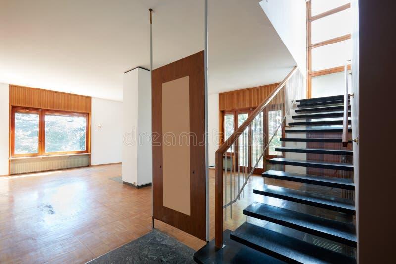 Salone vuoto con la scala di marmo nera, interno dell'appartamento immagini stock libere da diritti