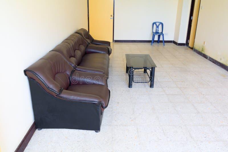 Salone vuoto del vecchio strato marrone di cuoio del sofà immagini stock libere da diritti