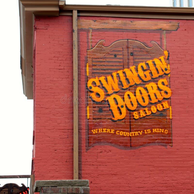 Salongstång för svängande dörrar och Resturant, i stadens centrum Nashville Tennessee arkivbilder