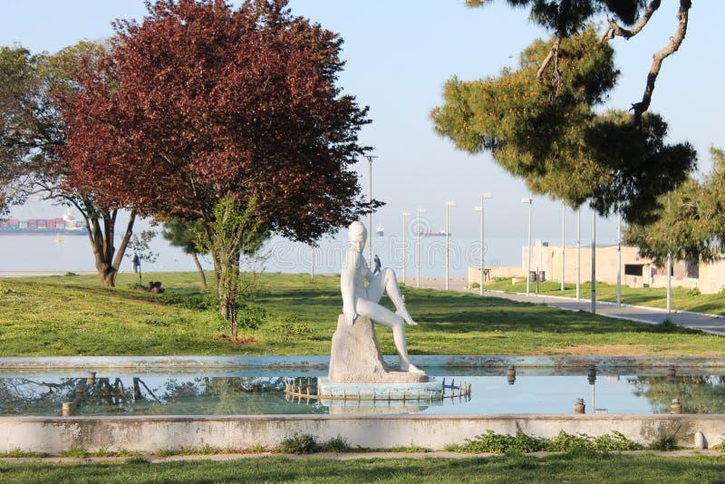 SALONICCO, la Grecia, la fontana ornamentale e la scultura di una donna nuda a Salonicco parcheggiano la Grecia del Nord immagine stock libera da diritti