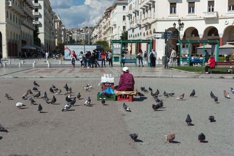 SALONIKI GRECJA, MAJ, - 29, 2017: Sławny Aristotelous kwadrat w Saloniki, Grecja Kobiety sprzedawania ziarna dla gołębi zdjęcia royalty free