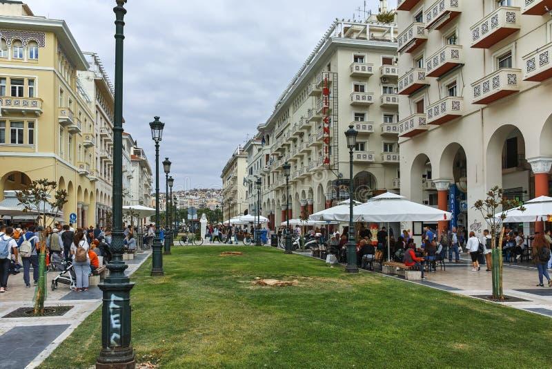 SALONIKI GRECJA, WRZESIEŃ, - 30, 2017: Ludzie chodzi przy Aristotelous Obciosują w centrum miasto Saloniki, centrala zdjęcia royalty free
