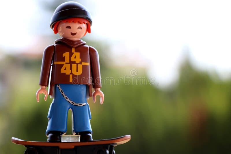 Salonique, Grèce - 14 août 2018 : Jeune chiffre de patineur de Playmobil d'isolement image libre de droits