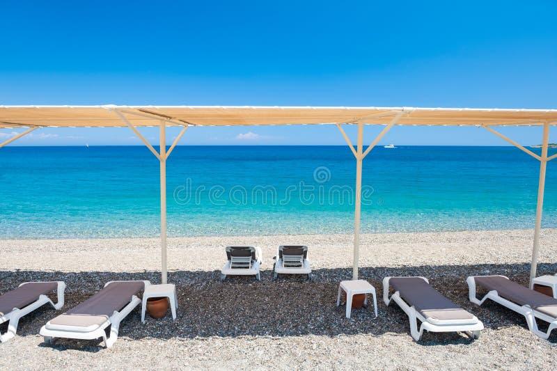 Salons de cabriolet sur la plage dans Kemer, Turquie photographie stock libre de droits