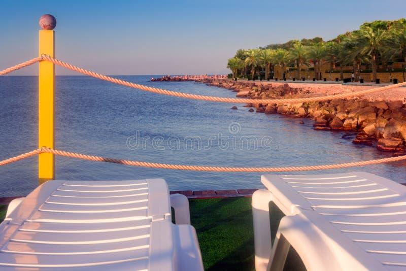Salons de cabriolet sur une herbe près du littoral de la mer images libres de droits