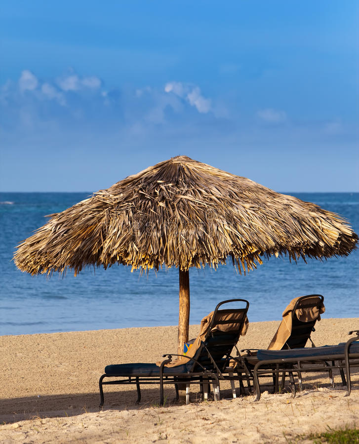 Salons de parapluie et de cabriolet sur une plage images stock