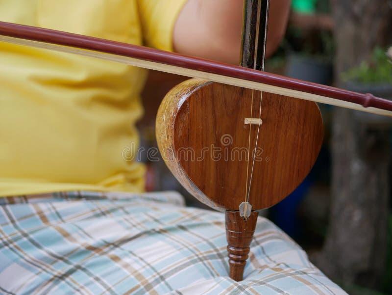 Salor, twee of drie-koord aarfiddle die in het Lanna-gebied of in het Noorden die van Thailand wordt gebruikt, worden gespeeld stock fotografie