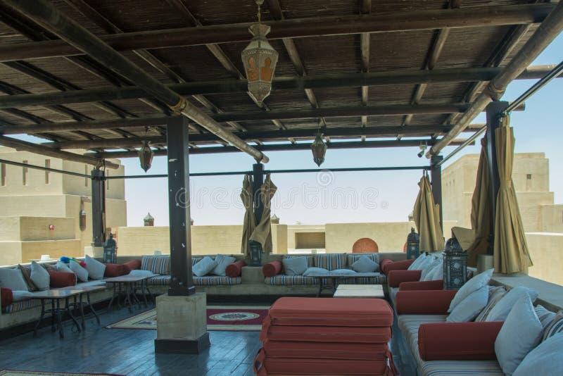 Salotto di rilassamento nel ristorante sul tetto con i sofà comodi fotografie stock