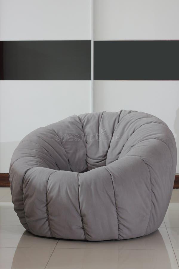 Salotto grigio del sofà del fondo fotografia stock libera da diritti