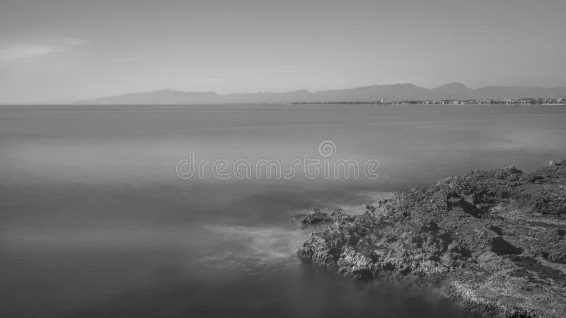 Salou, Таррагона Линия фото побережья B/W на полдне стоковые изображения