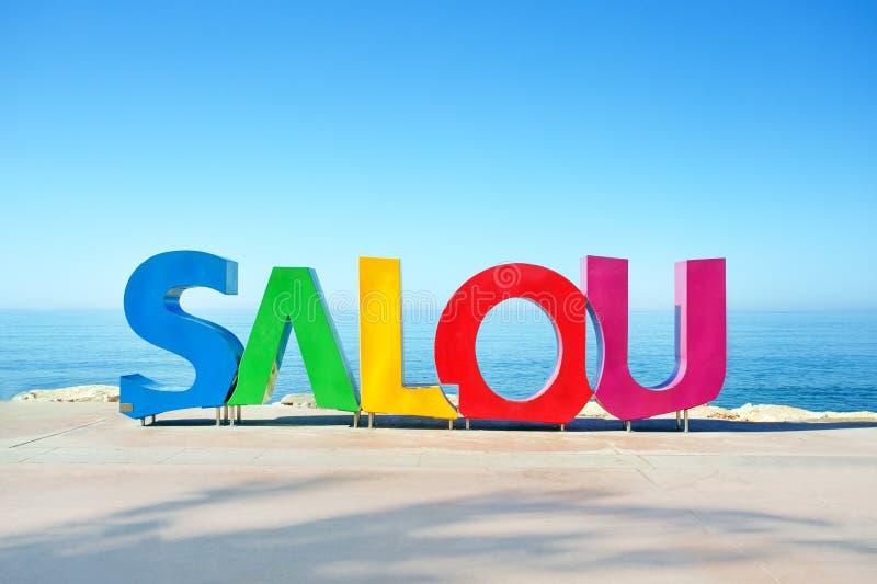 SALOU, ИСПАНИЯ - 7-ое июля 2019: Большой красочный знак Salou на морском побережье в городе Salou стоковые фото