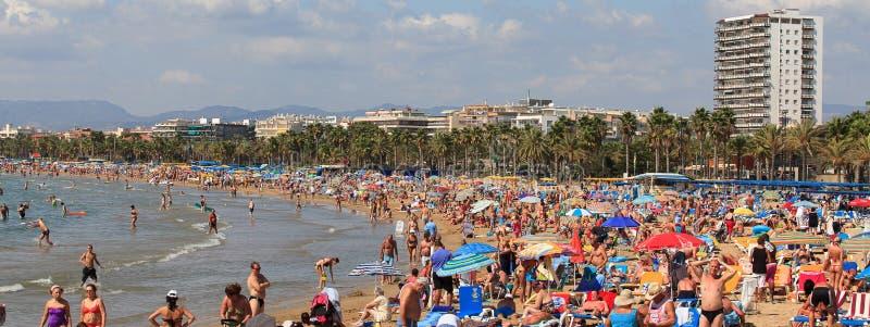 Les gens sur une plage à Salou, Espagne photos stock