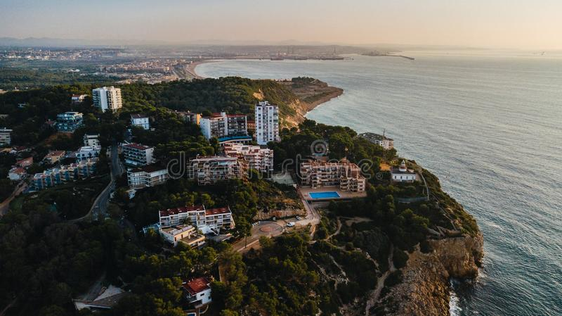 Salou strand i sommar, Costa Daurada kustlinje i soluppgången Loppdestination i Spanien för ferier Den flyg- sikten av vaggar royaltyfri fotografi