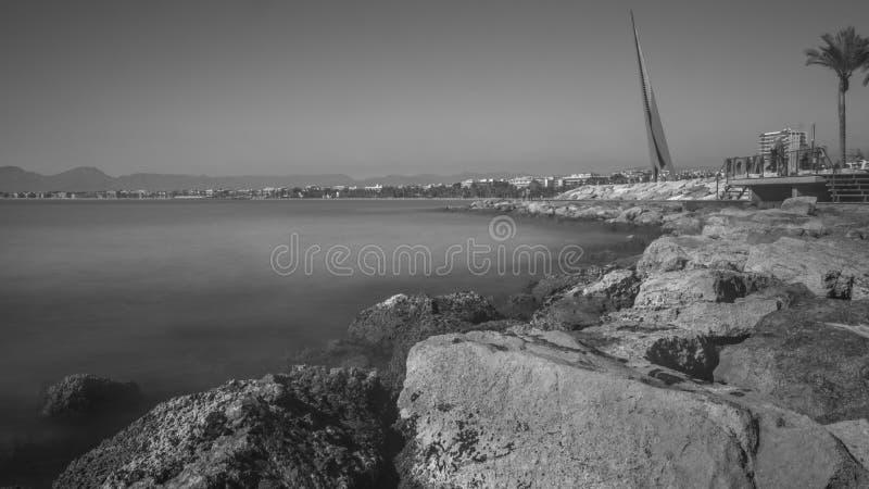 Salou, Tarragona Ευπρόσδεκτο σημάδι B/W Salou πέρα από τους βράχους στοκ φωτογραφία