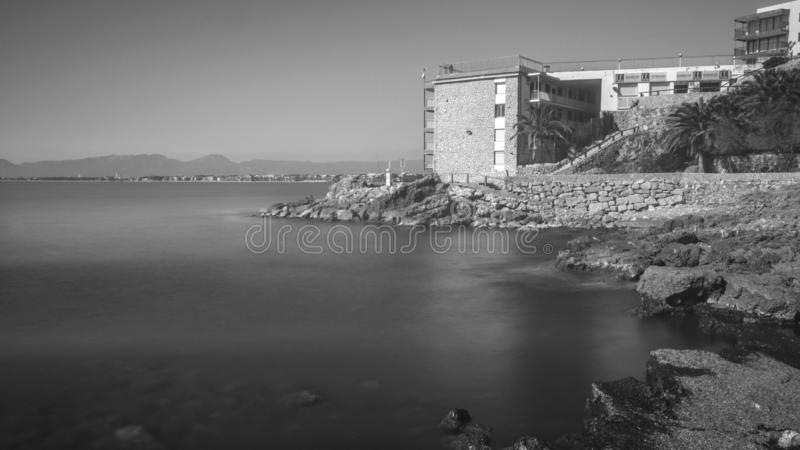 Salou, Tarragona B/W κτήριο ξενοδοχείων μπροστά από το μεταξωτό νερό στοκ εικόνες