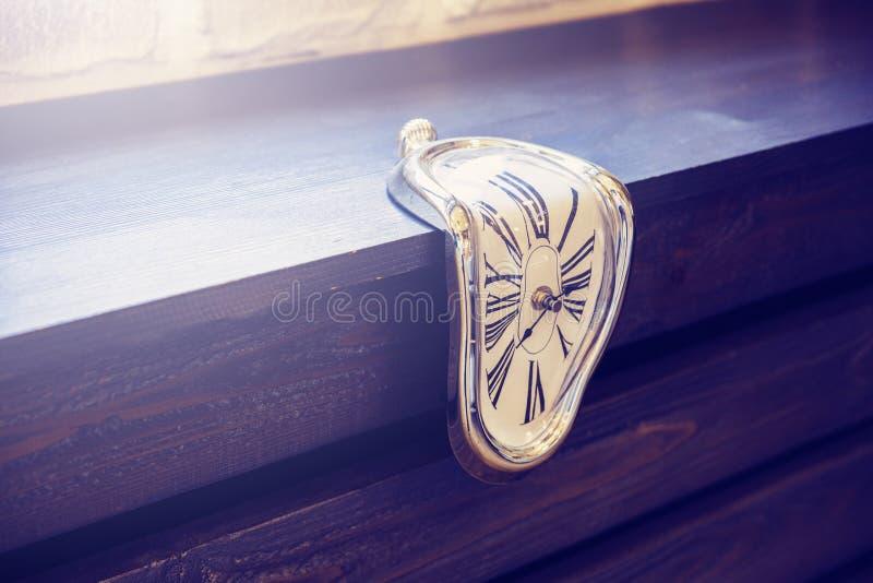 Salowi zegary niezwykły kształt na brązu drewnianym tle fotografia royalty free