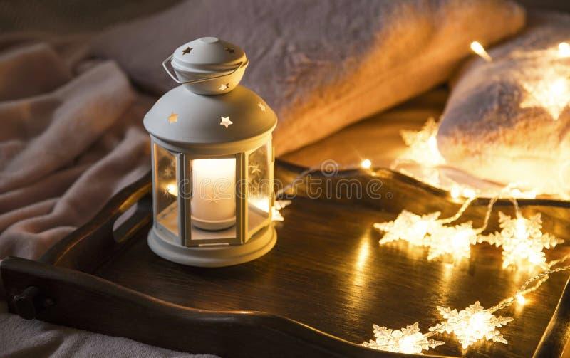 Salowy świąteczny świeczka lampion z światłami na drewnianej tacy, lant fotografia royalty free
