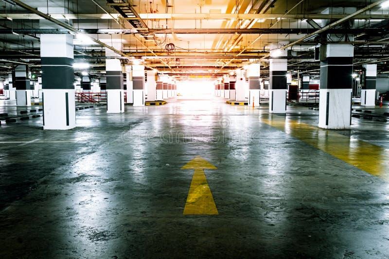 Salowy dostępny samochodowy parking Opr??nia przestrze? zdjęcie royalty free