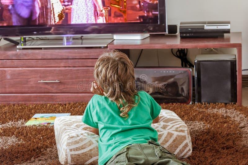 Salowy portret ogląda tv młoda chłopiec obrazy stock