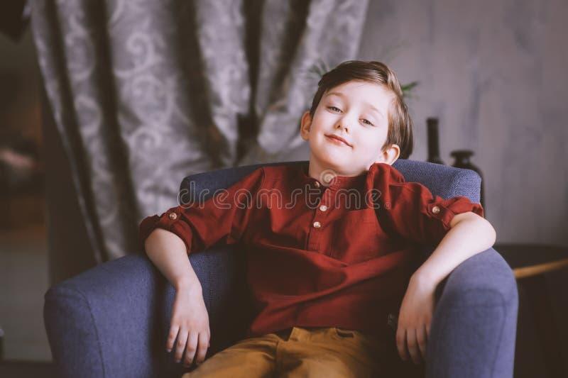 salowy portret szczęśliwa przystojna elegancka dziecko chłopiec fotografia royalty free