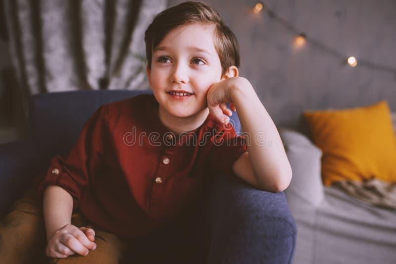 salowy portret szczęśliwa przystojna elegancka dziecko chłopiec zdjęcia stock
