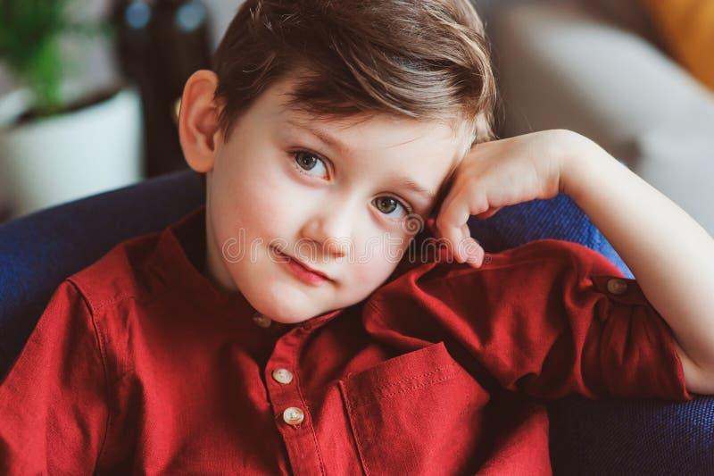 salowy portret szczęśliwy przystojny elegancki dziecko chłopiec obsiadanie na wygodnej leżance obraz stock