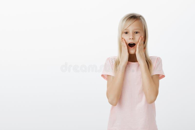 Salowy strzał opuszcza szczękę i mówi no! no! zadowolona zdziwiona urocza dziewczyna z ciekawym zadziwiającym wyrażeniem, patrzej zdjęcia stock