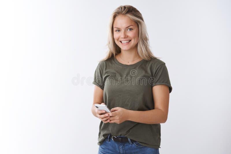 Salowy strza? przyjemna atrakcyjna pozytywna kobieta otrzymywa raduj?cy serce wideo w app ono u?miecha si? zachwyca? przy kamer? obraz stock