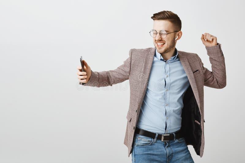 Salowy strzał radosny szczęśliwy przystojny europejski męski przedsiębiorca w modnej kurtce nad błękitny koszulowy dancingowy bez zdjęcia royalty free