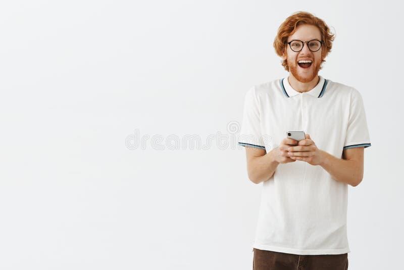 Salowy strzał z podnieceniem, entuzjastycznej śmiesznej rudzielec europejski facet w śmia się od szczęścia i zdjęcie royalty free