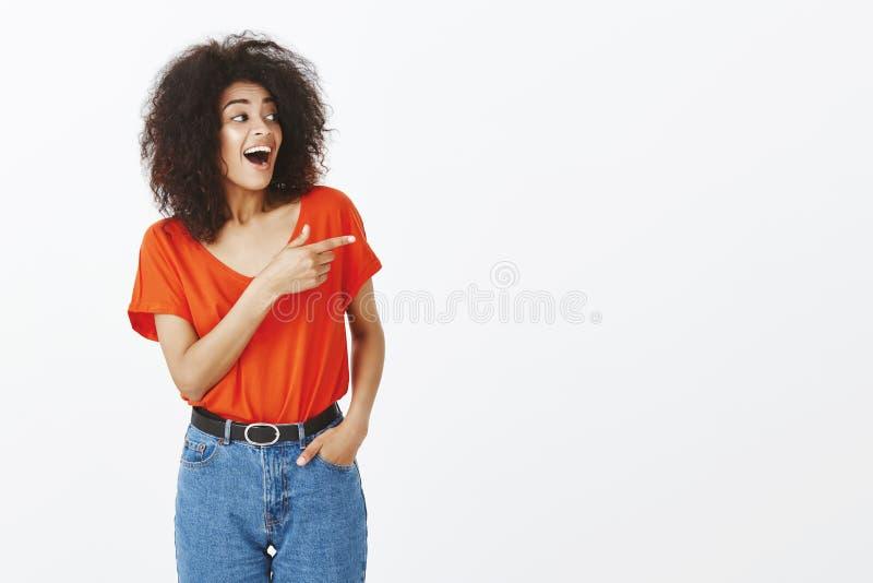 Salowy strzał zadziwiająca szczęśliwa otwarta kobieta z ciemną skórą, kędzierzawym włosy i, fotografia stock