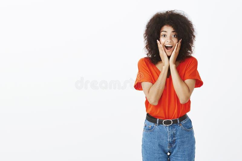 Salowy strzał zdziwiona zadowolona szczęśliwa ciemnoskóra kobieta z afro ostrzyżeniem, krzyczący od satysfakci i zdumienia obraz stock