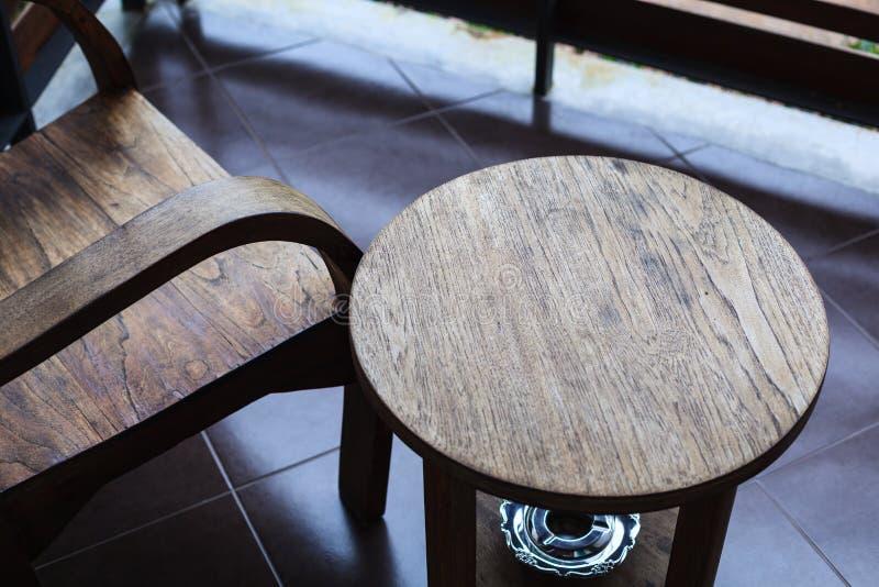 Salowy tradycyjny tropikalny deseniowy drewniany krzesło i stół z ashtray underneath przy balkonem Wewnętrzny Meblarski dekoraci  obraz stock