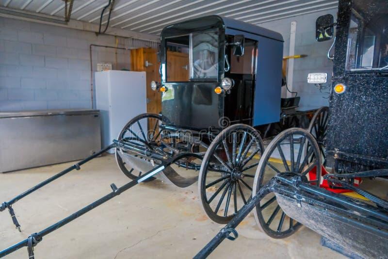 Salowy widok Amish czerni fracht lub powozik parkujący wśrodku garażu dom w Lancaster okręgu administracyjnym zdjęcie royalty free