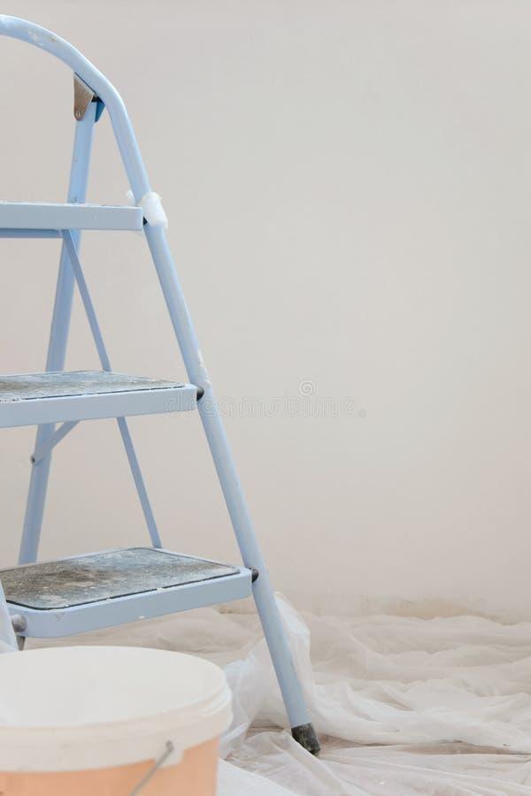 Salowy widok budowa, drabina w pierwszoplanowych i freshpainting ścianach zdjęcie royalty free