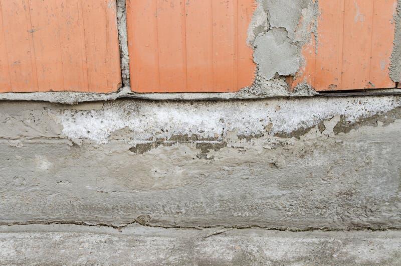 Salpêtre sur le mur, eau capillaire photos libres de droits