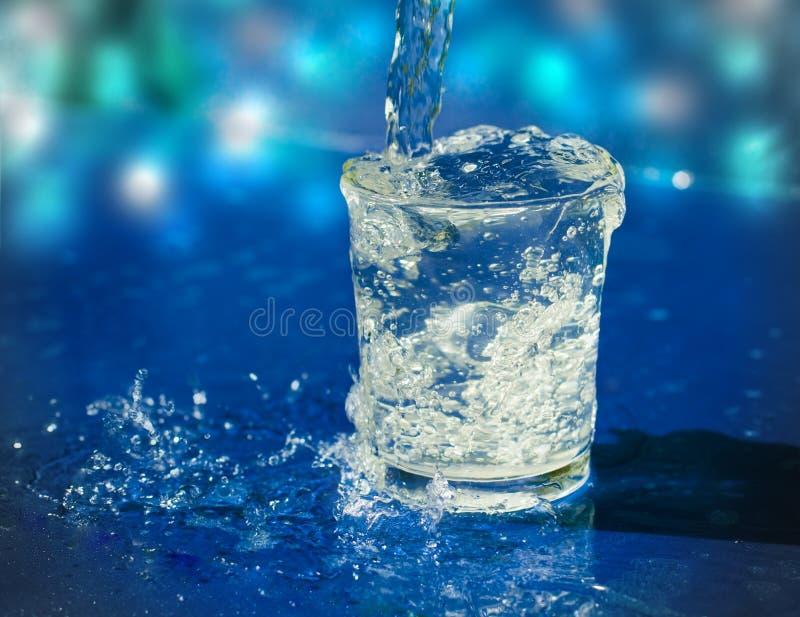 Salpicar el agua del vidrio fotos de archivo libres de regalías
