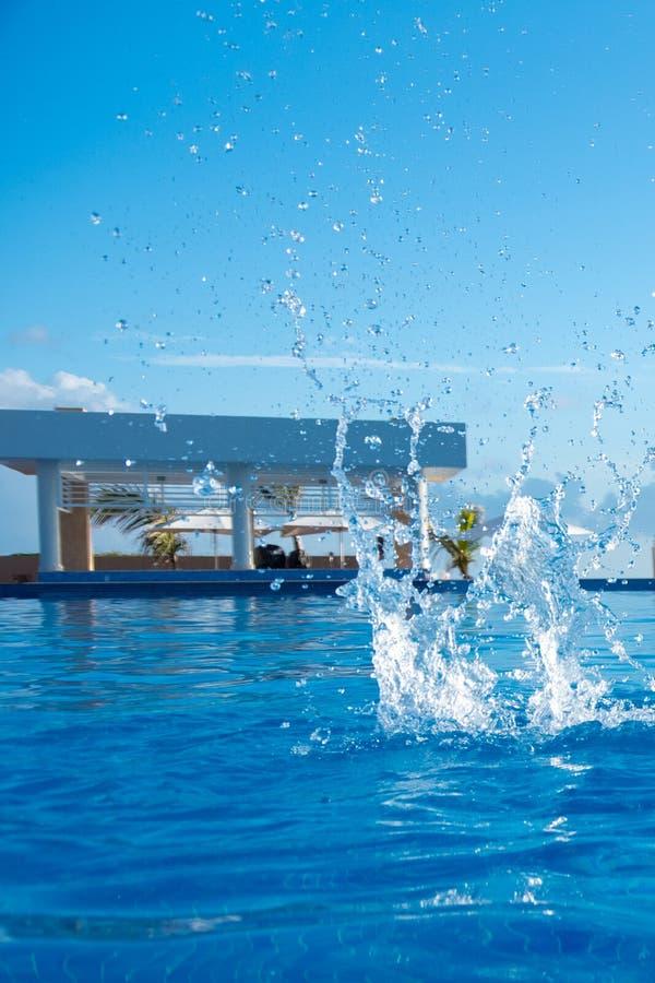 Salpicar el agua en la piscina, Cayo Guillermo, Cuba fotos de archivo