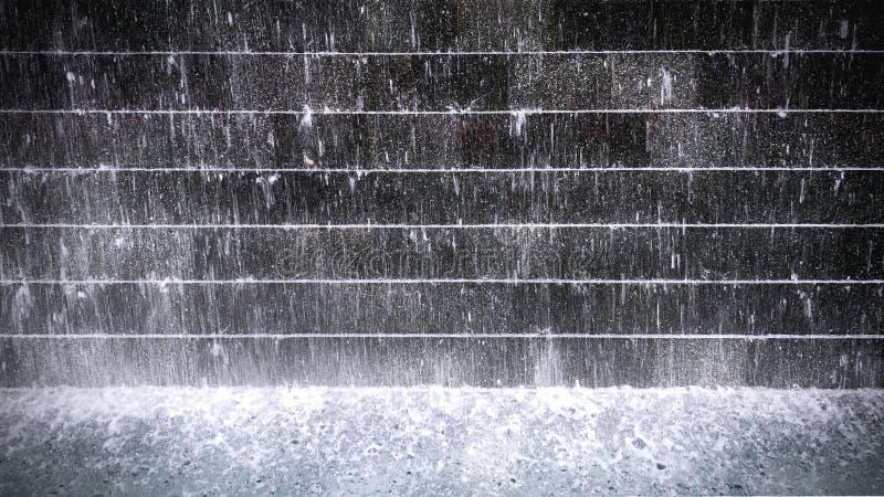 Salpicar el agua sobre la pared tejada conectada en cascada y la charca imagen de archivo