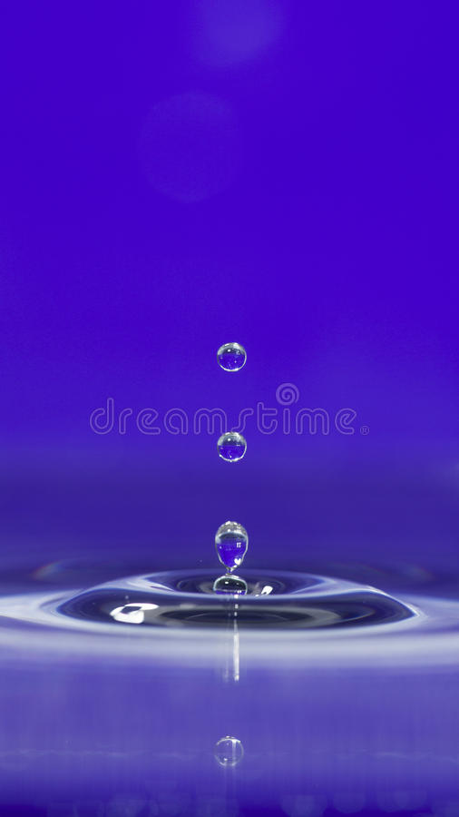 Salpicar gotas del agua imagen de archivo