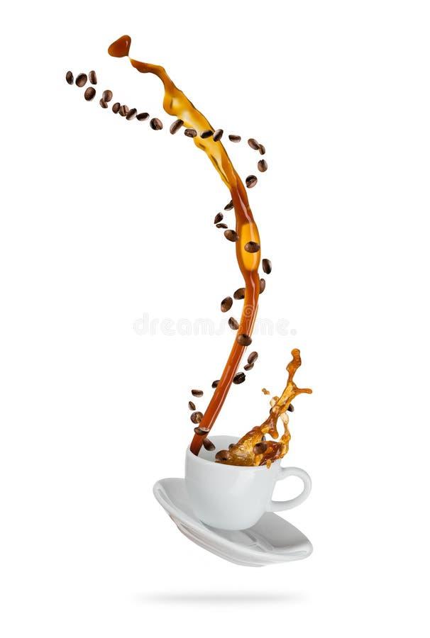 Salpicar la bebida del café de la taza, aislada en el backgroun blanco imagen de archivo