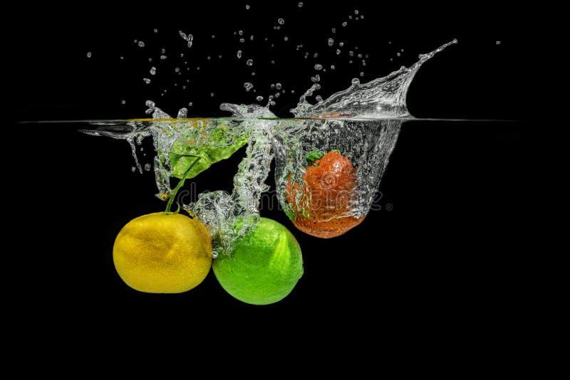 Salpicar las frutas imagen de archivo