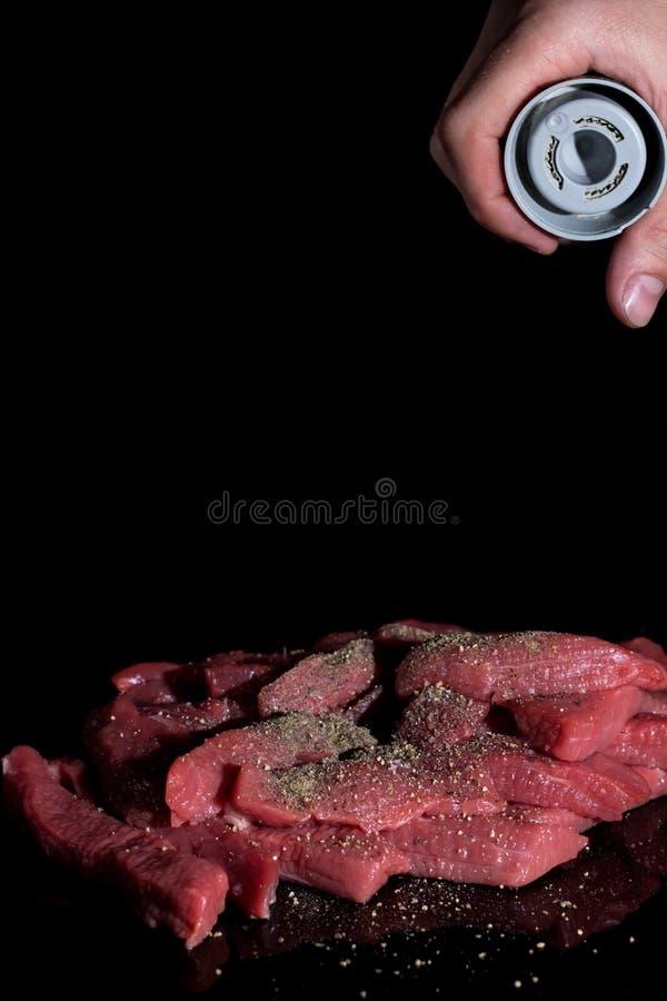 Salpique as partes de carne cortadas Cozinhando em casa, no restaurante Receita, menu, cozinheiro chefe Ingredientes para cozinha imagens de stock