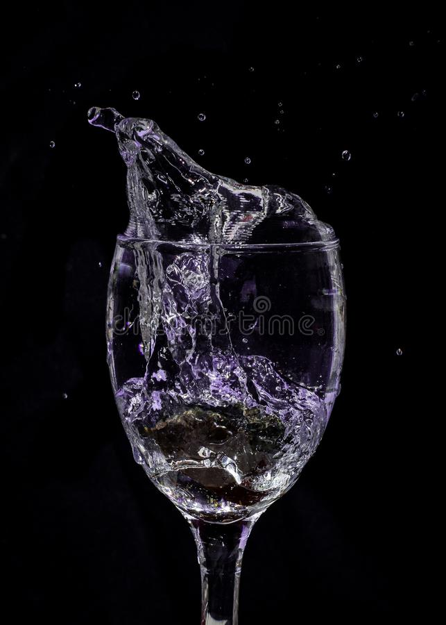 Salpique el agua en púrpura foto de archivo