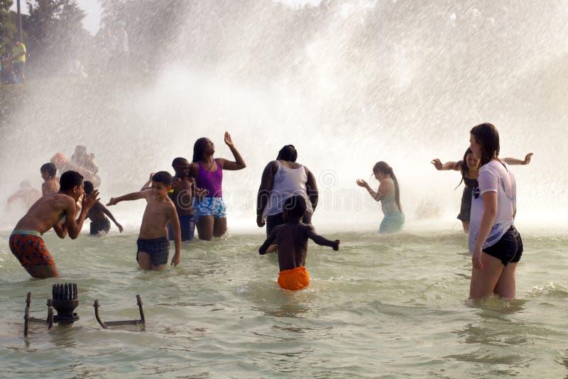 Salpique en las fuentes de Trocadero por la torre Eiffel Ola de calor del verano en la mayor París imagen de archivo
