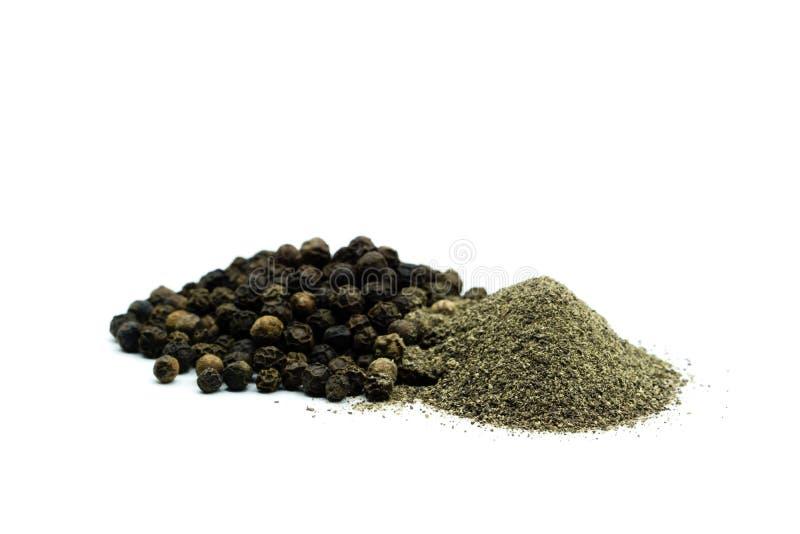 Salpique o montão e os grãos de pimenta isolados no fundo branco fotografia de stock