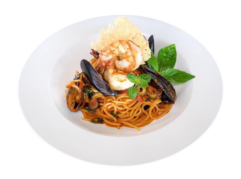 Salsa al pomodoro degli spaghetti della pasta dei frutti di mare con i gamberetti e la cozza isolati su fondo bianco, percorso immagini stock libere da diritti